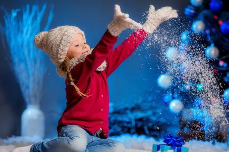 rebenok-brosaet-sneg