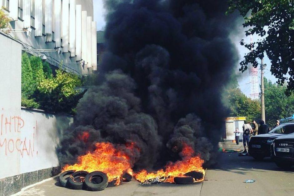 Протестующие под зданием канала «Интер» разбили палатки истоят баррикады