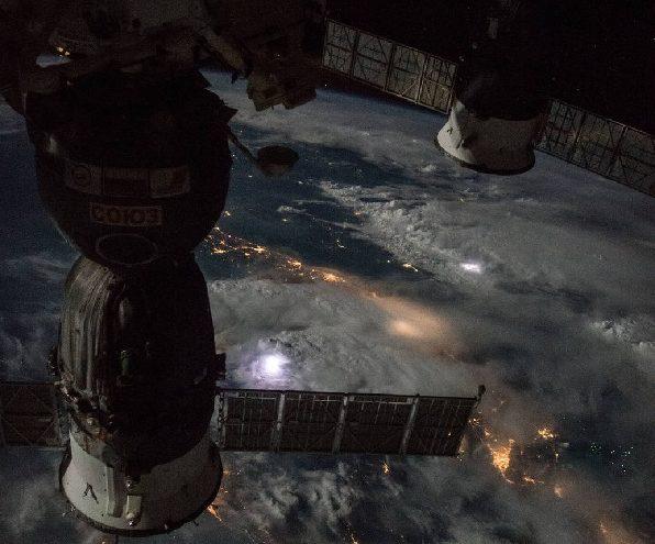 Профессионалы NASA разместили ролик, вкотором зонд Hyugens спускается наТитан