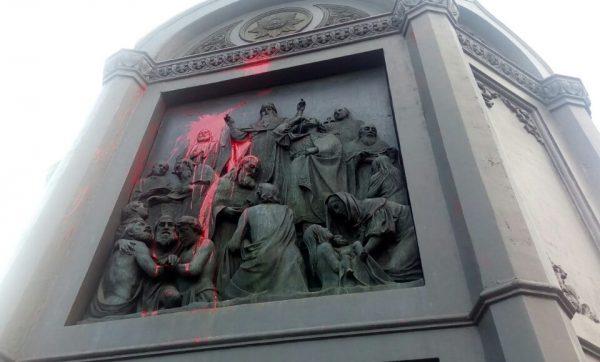 Столичные вандалы испакостили монумент Владимиру огромному