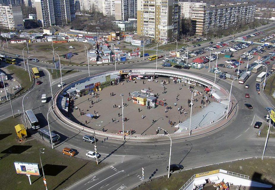 Станція метро Героїв Дніпра тріснула навпіл