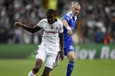 Besiktas' Anderson Talisca (L) vies with Dynamo Kiev's Domagoj Vida (R) during the UEFA Champions League football match Besiktas versus Dynamo Kiev at the Vodafone Arena in Istanbul on September 28, 2016.  / AFP / BULENT KILIC        (Photo credit should read BULENT KILIC/AFP/Getty Images)