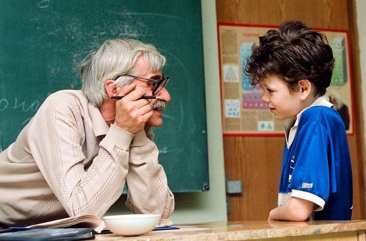 Учительница хороших форм и ученик после уроков занимаются видео
