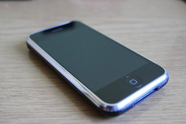 Москвич вознамерился реализовать 1-ый iPhone за млн. руб.