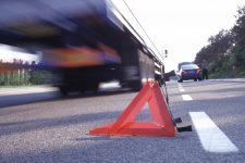 Sicherheitsrisiko Warndreieck: Tests des TÜV Rheinland ergaben bei einigen Produkten deutliche Schwächen bei der Standfestigkeit.
