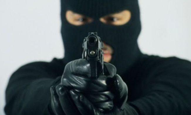УКиєві наСолом'янці невідомі вмасках відібрали зброю вполіцейського— ЗМІ