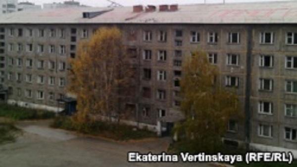 "Жители Иркутска написали на крыше дома ""SOS, Путин, помоги!"""