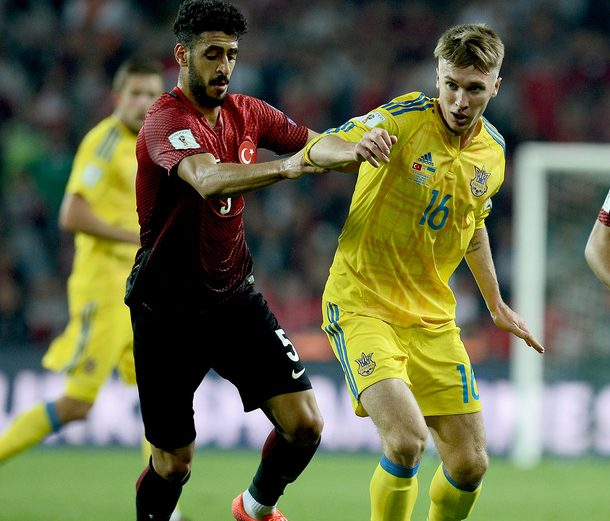 Ukraine's Serhiy Dorchuk (C) vies with Turkey's Ozan Tuhan (R) and Tolga Cigerci (L) during the World Cup 2018 football qualification match between Turkey and Ukraine on October 6, 2016 at Konya arena stadium in Konya.  / AFP / STRINGER        (Photo credit should read STRINGER/AFP/Getty Images)