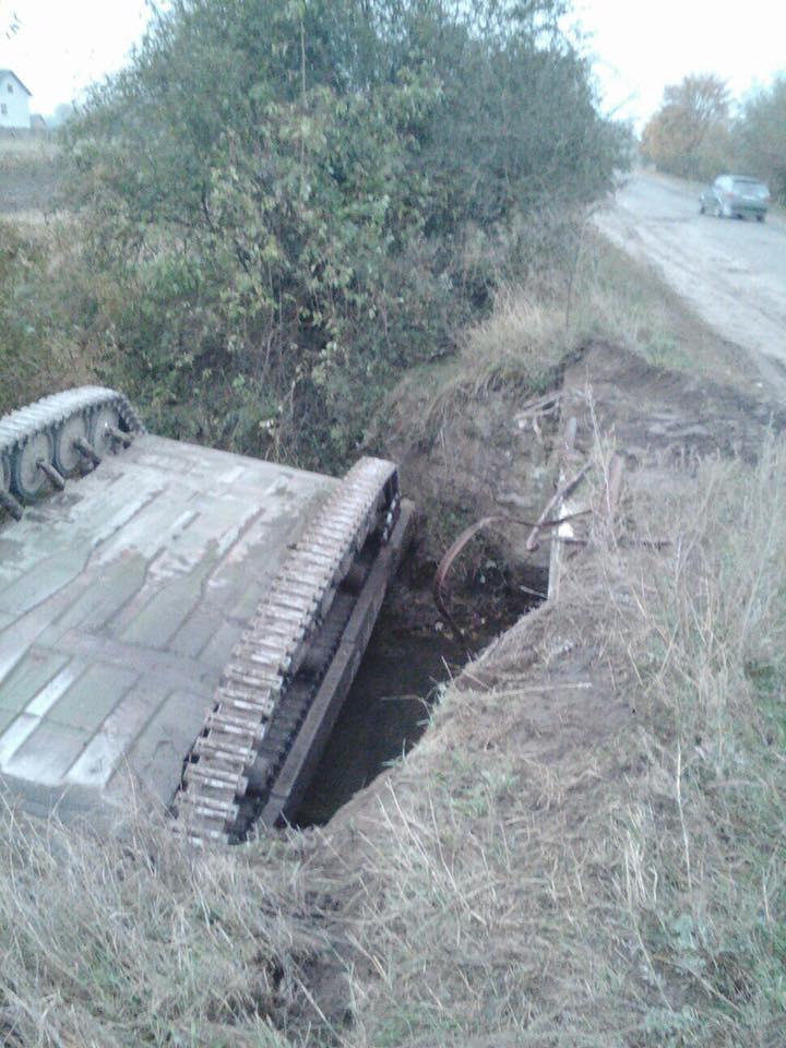 МТЛБ перекинувся у кювет на Львівщині