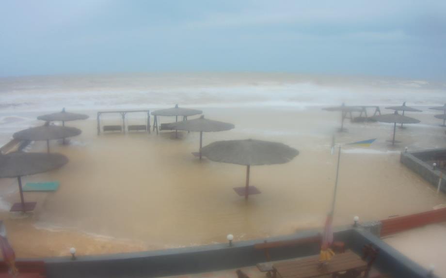 Шторм у Запоріжжі: пляж пішов під воду