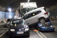 У Швейцарії в тунелі зіткнулися 4 автомобілі, автобус і вантажівка