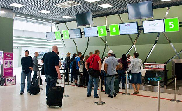 Російську мову заборонили в аеропортах України