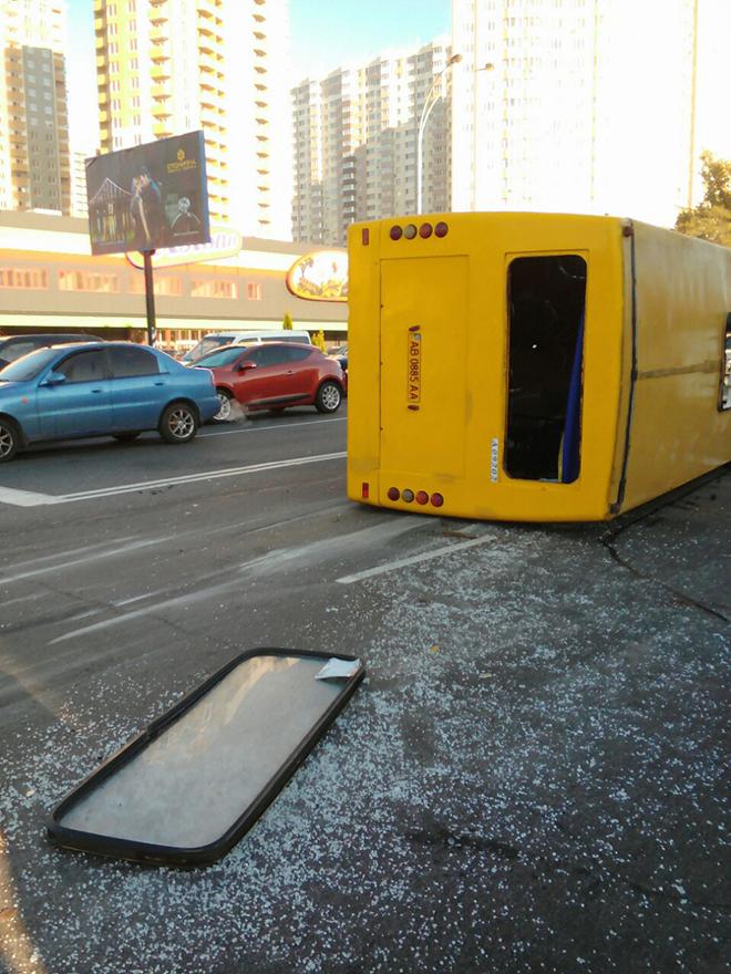 У Броварах перекинулась маршрутка з пасажирами