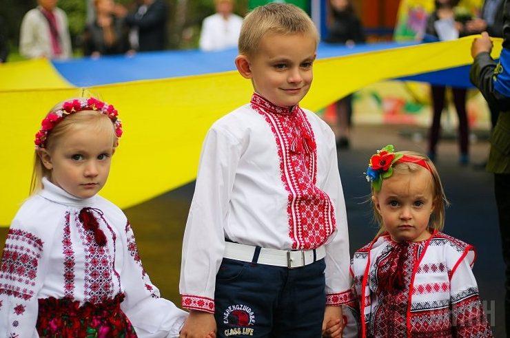 Українці діти у вишиванках