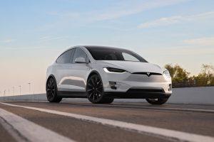 Tesla запустила автомобілі з повноцінним автопілотом