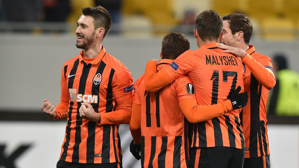 Shakhtar Donetsk's Argentinian forward Facundo Ferreyra (L) celebrates withhis teammates after scoring during the UEFA Europa League football match between Shakhtar Donetsk and KAA Gent at the Arena Lviv stadium in Lviv on October 20, 2016. / AFP / GENYA SAVILOV        (Photo credit should read GENYA SAVILOV/AFP/Getty Images)
