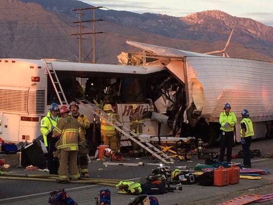 У Каліфорнії зіткнулися туристичний автобус і вантажівка, є загиблі