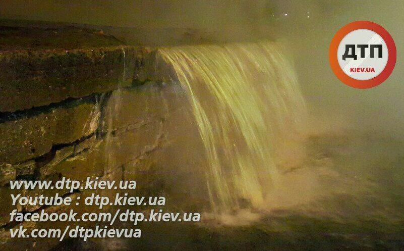 ВКиеве масштабный порыв теплотрассы: из-за водопада кипятка милиция перекрыла движение