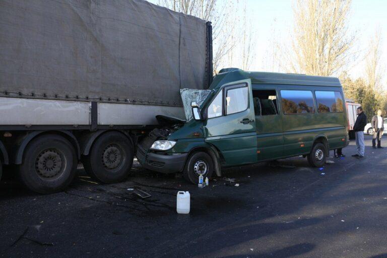 ВДнепре пострадавших вДТП вырезали изпокореженной маршрутки