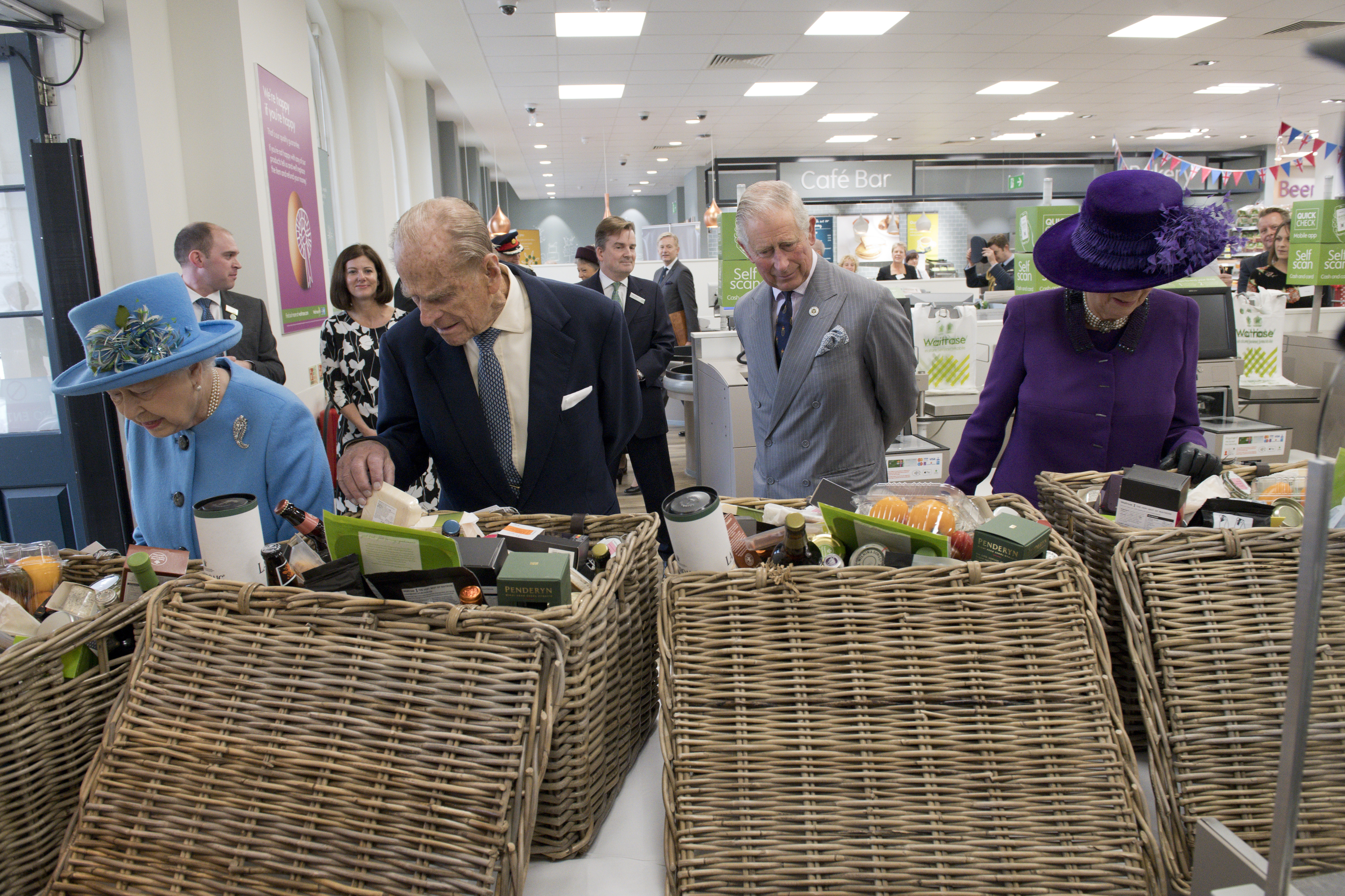 Королева Єлизавета II в супермаркеті