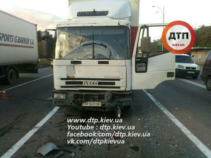 ДТП на Троєщині: у вантажівки відмовили гальма