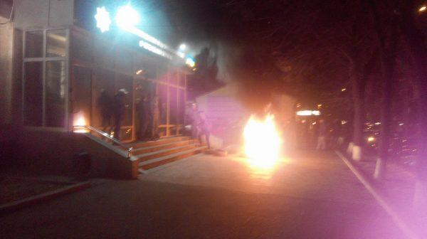 """Штурм облполиции в Черкассах: горящие шины и """"изгнание"""" Лютого"""