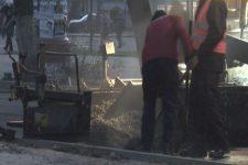 У Луцьку дорогу ремонтують під час дощів - асфальт кладуть прямо на воду