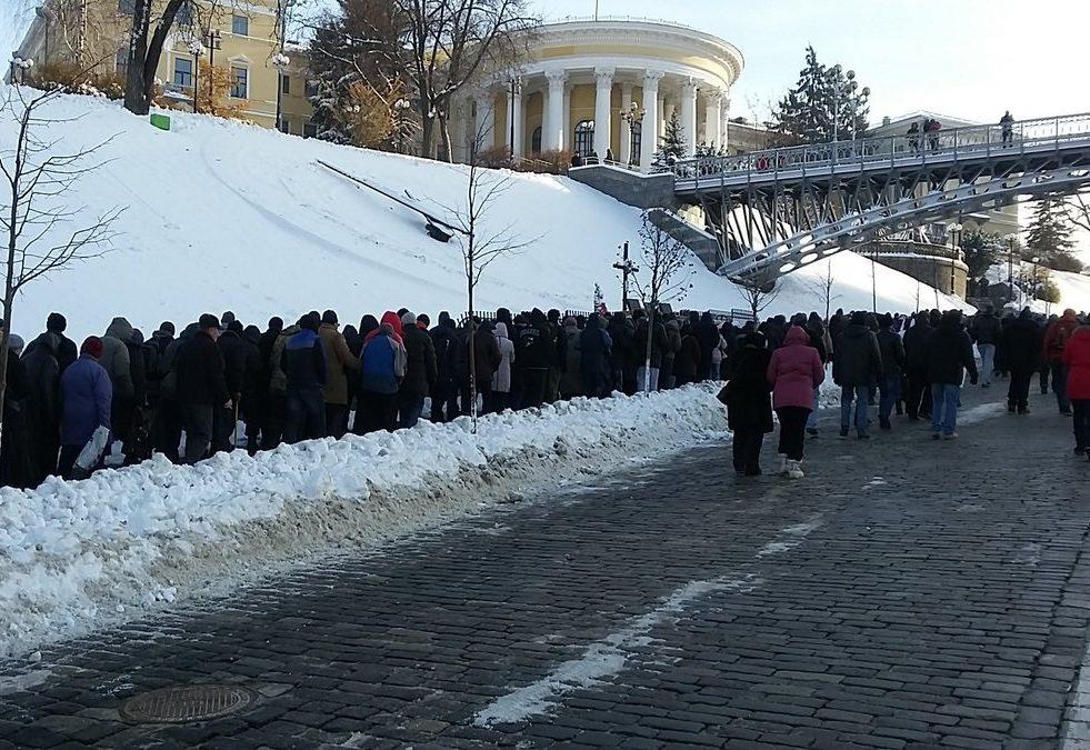 Мітингувальники йдуть Алеєю Небесної сотні