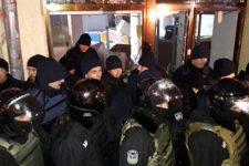 Как радикалы громили Сбербанк в Киеве: появилось видео