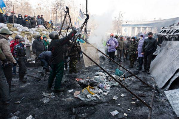 25420600 - kiev, ukraine - 25 january 2014: catapult at the grushevskogo street near independenxe square during ukrainian revolution on january 25, 2014 in kiev, ukraine.