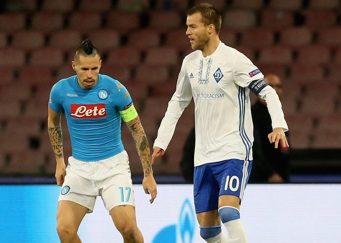 NAPLES, ITALY - NOVEMBER 23:  Marek Hamsik (L) of Napoli competes for the ball with Andriy Yarmolenko of Dynamo Kyiv during the UEFA Champions League match between SSC Napoli and FC Dynamo Kyiv  at Stadio San Paolo on November 23, 2016 in Naples, .  (Photo by Maurizio Lagana/Getty Images)
