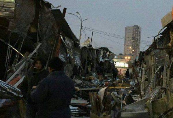 ВКиеве ночью тракторы снесли рынок наОболони