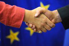 symbolique de la poignée de mains sur fond de Drapeau européen