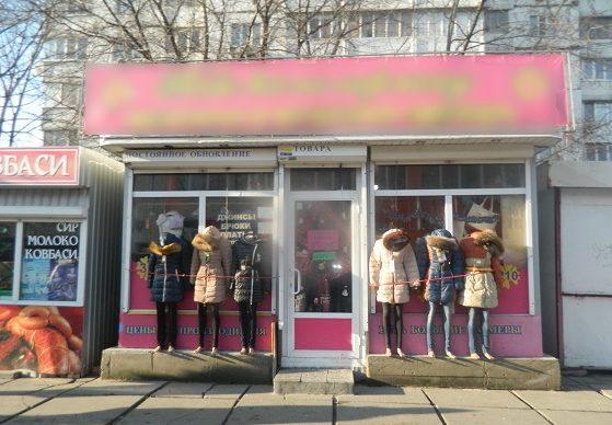 ВКиеве нетрезвый мужчина вмаскарадной шляпе смишурой ограбил магазин одежды