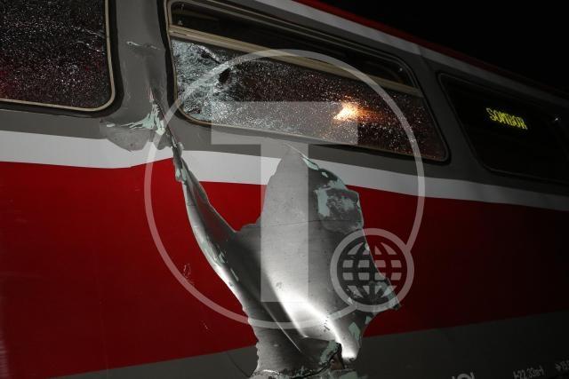 Novi Sad, 11. januara 2016 - Dvadeset dve osobe su povredjene u sudaru putnickog i teretnog voza, koji se veceras dogodio u blizini Novog Sada, a medju povredjenima nema zivotno ugrozenih, rekao je Tanjugu direktor sluzbe novosadske Hitne pomoci Bogdan Zivanovic. On je kazao da je medju povredjenim putnicima cetvoro zadobilo teze, a 18 putnika lakse telesne povrede. FOTO TANJUG / JAROSLAV PAP / bb