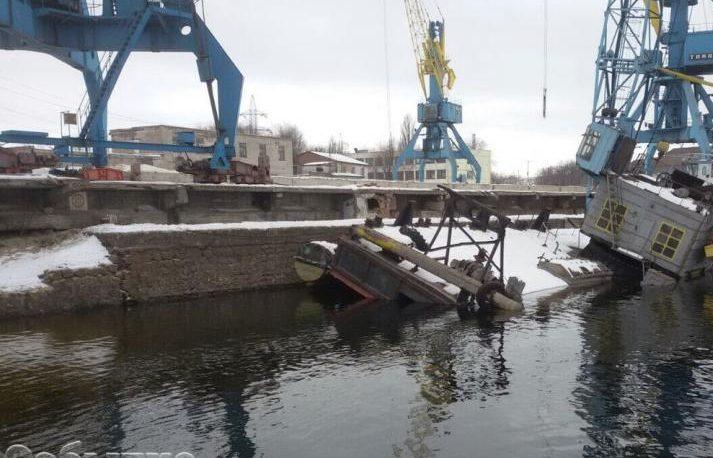 ВДнепр стонущей баржи вылилось 300 тонн мазута