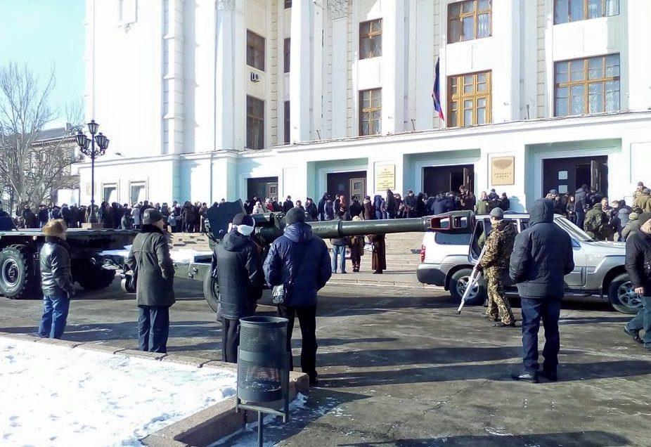 Жители «ДНР» жалуются, что ихнасильно сгоняют напохороны «Гиви»