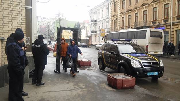 Вцентре украинской столицы начались стычки между протестующими иполицией