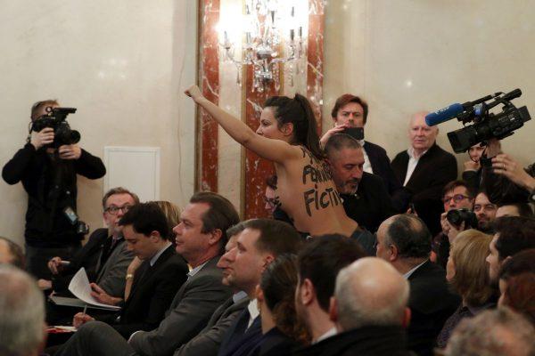 Впроцессе выступления Марин ЛеПен взал ворвалась активистка Femen