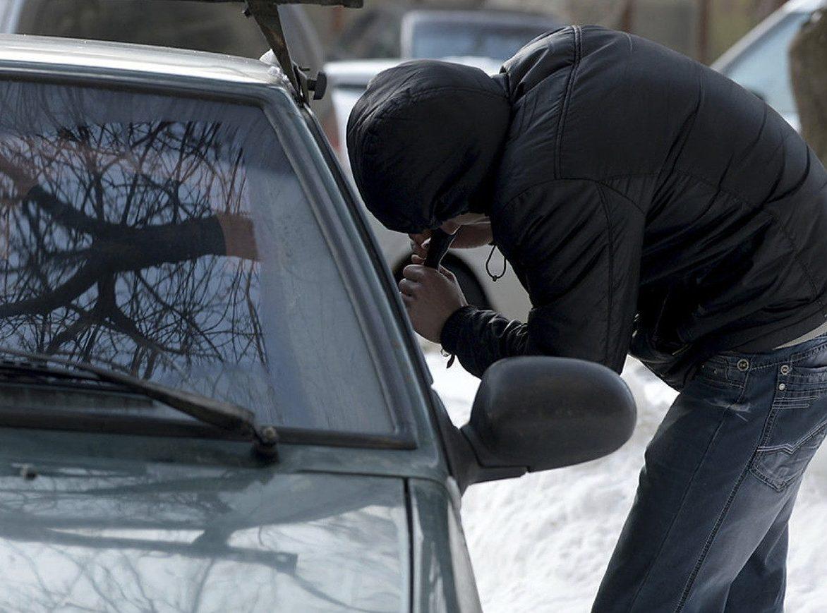 ВКиеве отец ссыном пытались увезти чужое авто наэвакуаторе