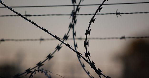 Зколонії Одеси втекли злочинці. Серед них— ґвалтівник дітей