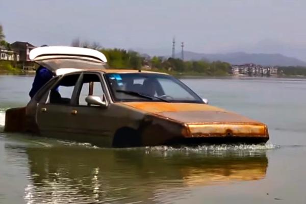 В КНР мужчина построил автомобиль для спасения тонаводнений