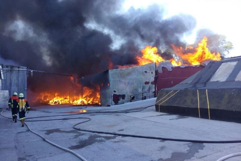 НаКиївщині зайнялася велика пожежа наскладах фабрики