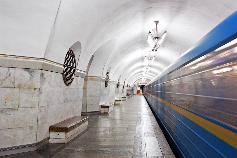 Движение поездов метро столицы Украины останавливали из-за человека напути