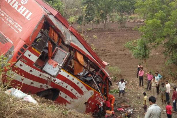 В Індії автобус із паломниками зірвався вущелину, понад 20 загиблих