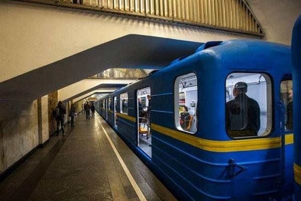Устоличному метро жінка упала під потяг
