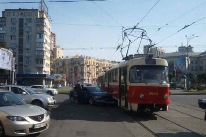 Уцентрі Києва наплощі Перемоги легковик протаранив трамвай, рух транспорту обмежений