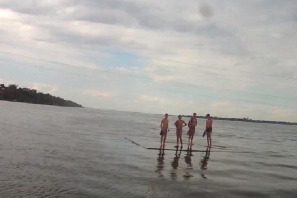 УДніпрі школярів наплоту віднесло від берега