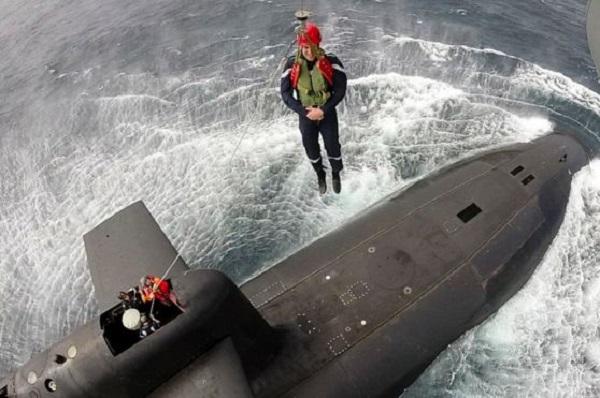 Користувачі Мережі поглузували зЕммануеля Макрона, який спускається на підводний човен