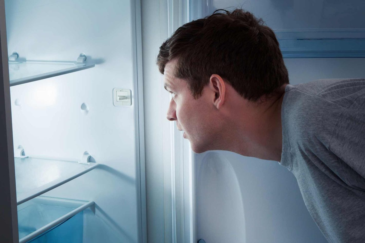 Пустий холодильник